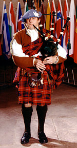 Freddy the Piper im traditionellen Belted Plaid